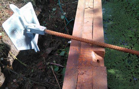 Klapanker mechanische verankering bij houten damwand